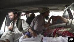 16일 카불 동쪽 라그만주 알링가 지역의 나토군 공습으로 부상을입고 병원으로 긴급후송되는 부상자들