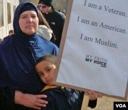 Sakinah Warid, perempuan Islam Amerika, membawa pesan damai dalam rapat umum di Washington DC