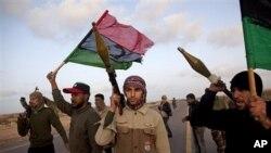 Des combattants demandant le depart du colonel Kadhafi aux environs de Ben Jawad