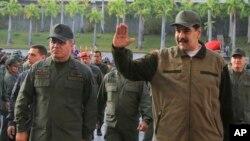 El presidente en disputa de Venezuela, Nicolás Maduro ratificó el domingo en el cargo a su ministro de Defensa, Vladimir Padrino López, izquierda. El año pasado, EE.UU. impuso sanciones contra Padrino López.