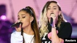Ariana Grande (trái) và Miley Cyrus trên sân khấu đêm hòa nhạc 'Manchester One Love' gây quỹ từ thiện cho nạn nhân vụ đánh bom khủng bố ở Manchester, Anh, hồi tháng 5 vừa qua.