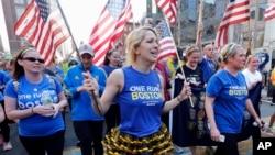 為紀念波士頓馬拉松賽爆炸案一週年,波士頓在4月13日舉行巡遊,來自加州代表穿越波士頓馬拉松賽的其中一段路段。