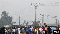 """Kelompok """"Patriot Muda"""" pendukung Laurent Gbagbo, memblokir pasukan PBB untuk memasuki salah satu distrik di Abidjan."""
