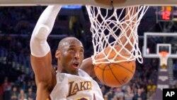 Kobe Bryant akitumbukiza mpira kapuni