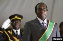 津巴布韦总统穆加贝参加自己的就职典礼。(2008年6月29日)