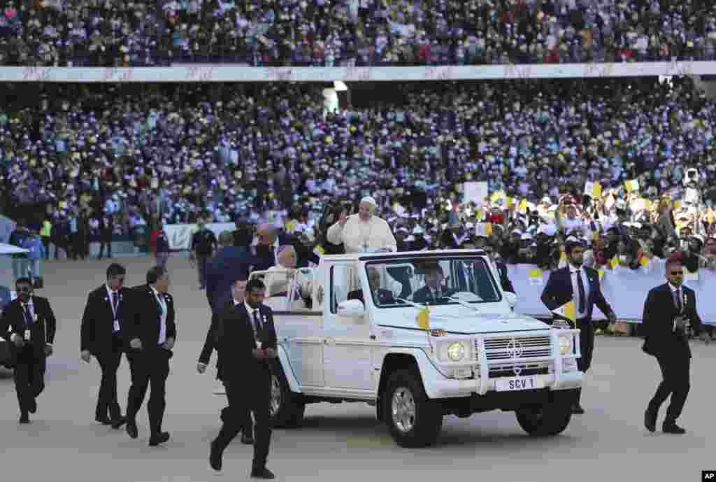 សម្តេចប៉ាប Francis ឲ្យពរក្រុមអ្នកថ្វាយបង្គំក្នុងទីក្រុងកីឡា Sheikh Zayed រដ្ឋធានី Abu Dhabi ប្រទេសអេមីរ៉ាតអារ៉ាប់រួម។
