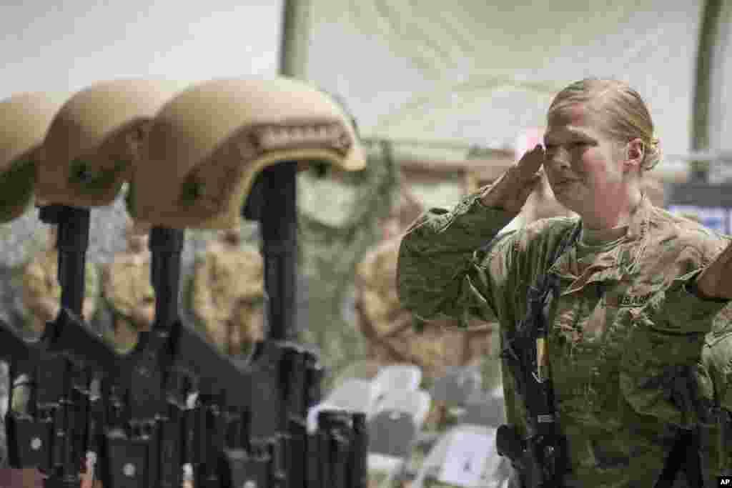 مراسم بزرگداشت شش سرباز آمریکایی که در اردوگاه بگرام در افغانستان در یک حمله انتحاری کشته شدند
