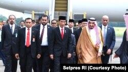 Presiden Joko Widodo dan Raja Salman di Bandar Udara Halim Perdanakusuma Jakarta (1/3). (Foto: Setpres RI).