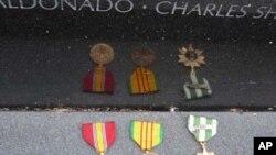 Các huy chương được để lại tại Bức Tường Tưởng Niệm Cựu Chiến Binh Chiến tranh Việt Nam