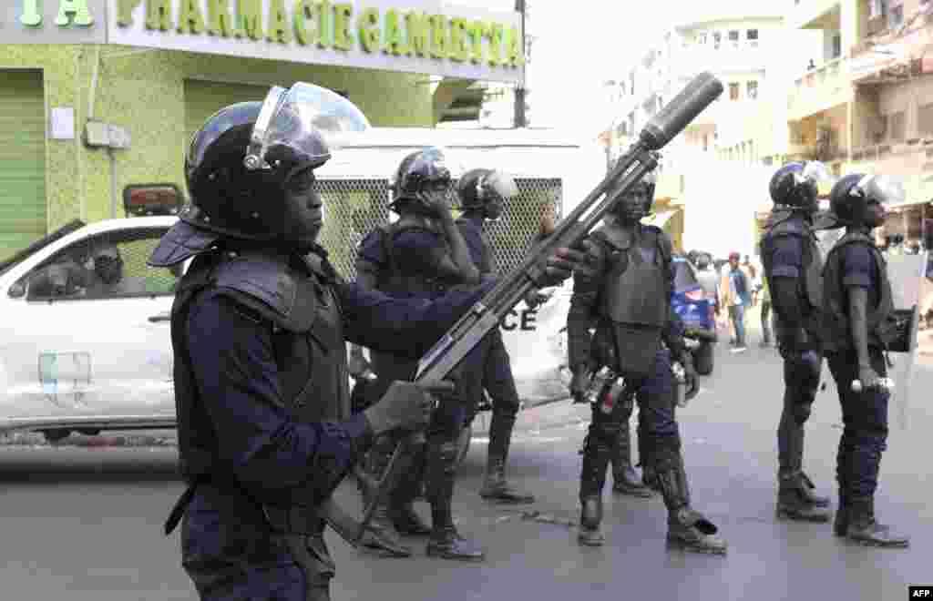 Des policiers sénégalais lors des manifestations à Dakar, le 19 avril 2018.