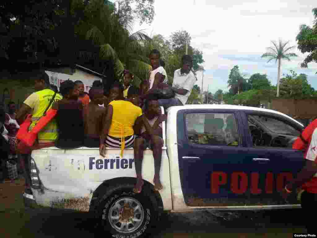 Police are moving people from flooded areas in Ferrier, northeast Haiti, Sept. 8, 2017(Photo - Josiah Cherenfant, courtesy VOA Creole Service)