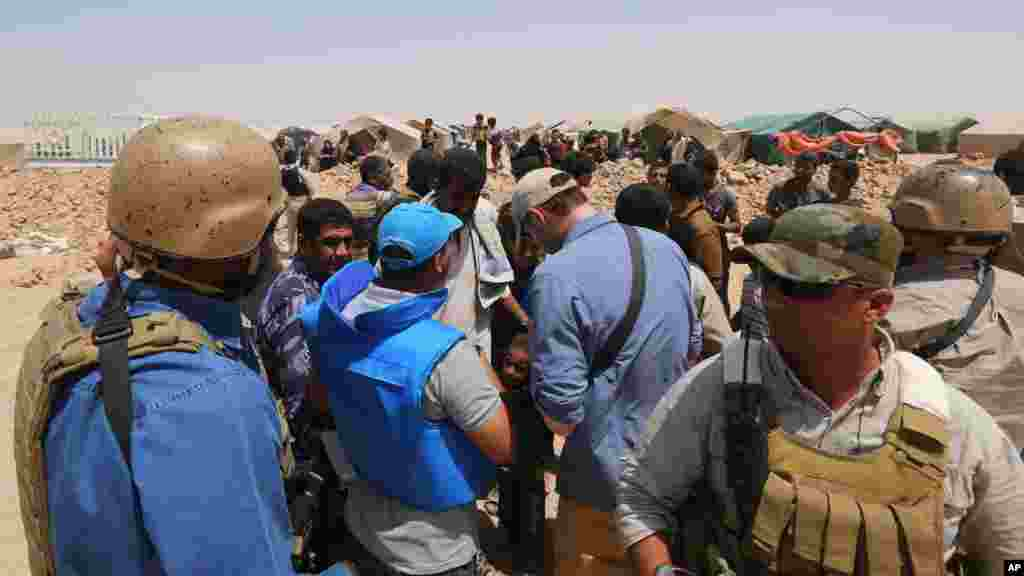 UN officials visit a camp set up for displaced civilians from Ramadi and around the area in the town of Amiriyat al-Fallujah, west of Baghdad, Iraq, May 22, 2015.