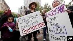 """Učesnici protesta na Aljasci nose natpise na kojima piše """"Na Dan Kolumba se slavi genocid"""" i """"Amerikanac? Iz kog ste vi plemena""""? (arhiva)"""