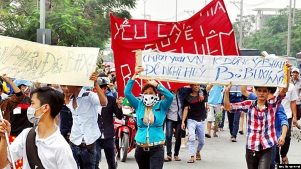 Công nhân nhà máy Pouyuen - Việt Nam biểu tình (Ảnh: Oxfam)