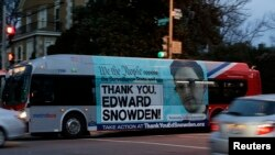 تصویر اسنودن بر بدنه اتوبوس عمومی در واشنگتن پایتخت آمریکا، همراه با جمله: «متشکریم اسنودن»