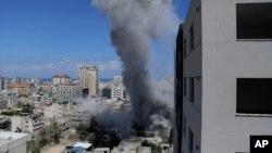 18일 이스라엘군이 가자지구를 공습한 후 연기가 솟고 있다.