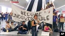 Des manifestants bloquent un escalator à l'aéroport de San Francisco, le 29 janvier 2017.