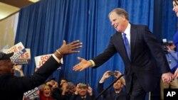 El demócrata Doug Jones saluda a un partidario antes de su discurso de victoria tras ganar el escaño senatorial por Alabama. Dec. 12, 2017.