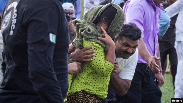 Para petugas keamanan mengelilingi Rimsha Masih, (tengah, berkerudung hijau), gadis pemeluk agama Kristen yang dituduh melakukan penghinaan terhadap agama Islam sesaat setelah dibebaskan dari penjara Adyala di Rawalpindi (Foto: dok). Rimsha Masih dibebaskan dari tuduhan ini, Selasa (20/11).