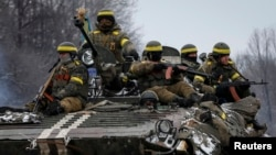 乌克兰装甲部队在乌克兰东部城市德巴尔切夫附近巡逻。