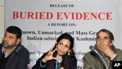 Indian human rights activist Angana Chatterji (C), flanked by members of the International People's Tribunal on Human Rights and Justice, speaks during a press conference in Srinagar on 02 Dec 2009