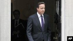 英国首相卡梅伦8月11日离开伦敦唐宁街前往议会