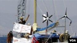 La embarcación que lazó al mar cuando la fecha límite sobre la congelación de construcciones israelís se vence a media noche.