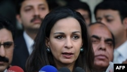 Cựu bộ trưởng thông tin Pakistan Sherry Rehman nói chuyện với các nhà báo ở thủ đô Islamabad, Pakistan hôm 23/11/11