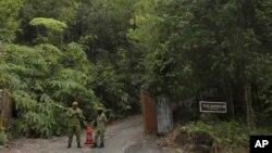 Anggota Korps Relawan Rakyat (RELA) ikut serta dalam operasi pencarian remaja putri Inggris yang dilaporkan hilang di Seremban, Malaysia, 7 Agustus 2019.