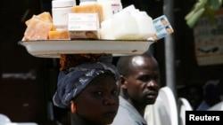 Une tchadienne, produits vend des produits cosmétiques qu'elle porte sur la tête pour subvenir aux besoins de sa famille.