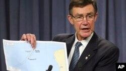 El coordinador de la búsqueda del avión malasio, Angus Houston, muestra un mapa que detalla las operaciones frente a las costas de Australia.