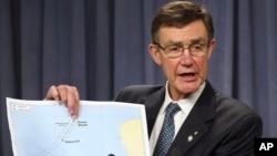 Angus Houston, kepala lembaga Australia yang mengkoordinir pencarian pesawat Malaysian Airlines yang hilang, memperlihatkan peta dalam jumpa pers di Perth, Australia Senin (7/4).