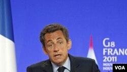 Presiden Perancis, Nicolas Sarkozy saat melakukan konferensi pers di kota Deauville (26/5).