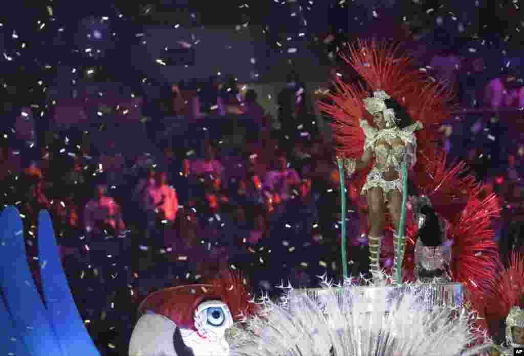 در بخشی از مراسم، افرادی برای رقص سامبا از رقص های بومی برزیل در مراسم حاضر شدند.