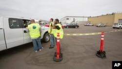 31일 미국 서부 켈리포니아 주에서 버진 캘럭틱 직원들이 상업용 우주선 테스트 중 발생한 문제점을 보고한 후 회사 건물 주변에 대기하고 있다.