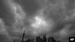 """图为8月6日强台风""""梅花""""靠近浙江时,上海金融区笼罩在乌云下"""