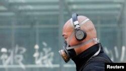 2013年5月2日北京街头一个人戴面具的行人