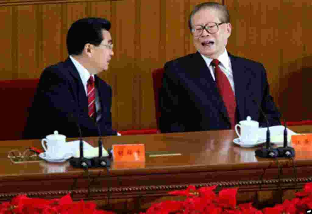 """2007年8月1日北京人民大会堂庆祝建军80周年大会上,胡锦涛主席和前主席江泽民交谈。而10年后的大会上,这两位前主席都没参加。 中国军事政治观察人士黄东对苹果日报说, 今次大会江胡及前朝元老全部缺席,可以有三个解读:一是习大权在握,乾纲独断,不把前朝江胡放眼里。第二,有无邀请江胡是一个问号,如邀请了但不去,反映他们之间矛盾已激化。三是习可能""""邀请""""了,但江胡知趣谢绝,习则顺水推舟,前朝元老一律不请。黄东说:""""无论那种可能,都反映中共十九大前党内斗争已到白热化程度。"""""""