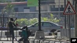 Des policiers arrêtent un manifestant au péage de Lekki à Lagos, au Nigeria, mercredi 21 octobre 2020.