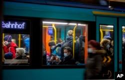 Warga menggunakan fasilitas kereta bawah tanah di Frankfurt, Jerman, di tengah pandemi Covid-19, Rabu, 25 November 2020.
