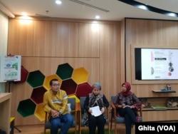 "Editor dan Cowriter buku ""Perempuan Dalam Terorisme"", moderator Ruby Khalifah, Komisioner Komnas Perempuan Riri Khariroh dalam acara Bedah Buku ""Perempuan dalam Terorisme"" di Jakarta, Rabu, 15 Mei 2019. (Foto: VOA/Ghita)"