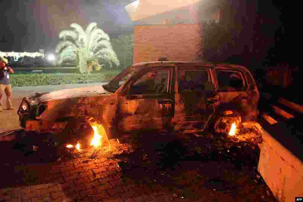 Sebuah kendaraan di konsulat AS di Benghazi dibakar oleh para demonstran Libya yang marah (11/9).