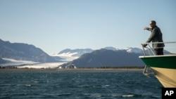 El presidente Barack Obama observa el glaciar Bear, que ha retrocedido casi tres metros en 100 años, durante su viaje a Alaska.