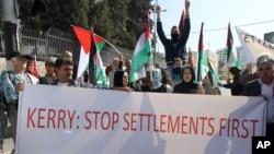 Pengunjuk rasa di Palestina memprotes kedatangan Menteri Luar Negeri AS di Bethlehem, November 2013. (AP/Nasser Shiyoukhi)