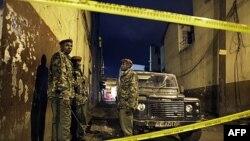 Cảnh sát Kenya bảo vệ hiện trường 1 vụ nổ lựu đạn tại 1 quán rượu ở trung tâm thành phố Nairobi, Kenya, 24/10/2011