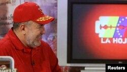 El difunto Hugo Chávez durante una entrevista en el programa La Hojilla, conducido por Mario Silva (izquierda), en 2007.