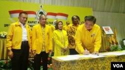 Ketua Umum Partai Golkar Airlangga Hartarto menandatangani pakta integritas dengan Komisi Pemberantasan Korupsi (KPK) untuk wujudkan kepala daerah bebas korupsi, Senin 19/2. (Foto: Fathiyah/VOA)
