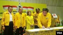 Ketua Umum Partai Golkar Airlangga Hartarto saat menandatangani pakta integritas dengan Komisi Pemberantasan Korupsi (KPK) di Jakarta 19/2 lalu. (Foto dok. VOA/Fathiyah)