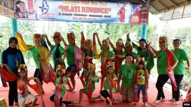Para penari dari sanggar tari Qiao Guang Surabaya sedang berlatih tari Gandrung di sanggar tari Mlati Rinonce, Purwoharjo, Banyuwangi (foto: VOA/Petrus Riski)