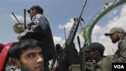Para anggota pasukan pemberontak Libya